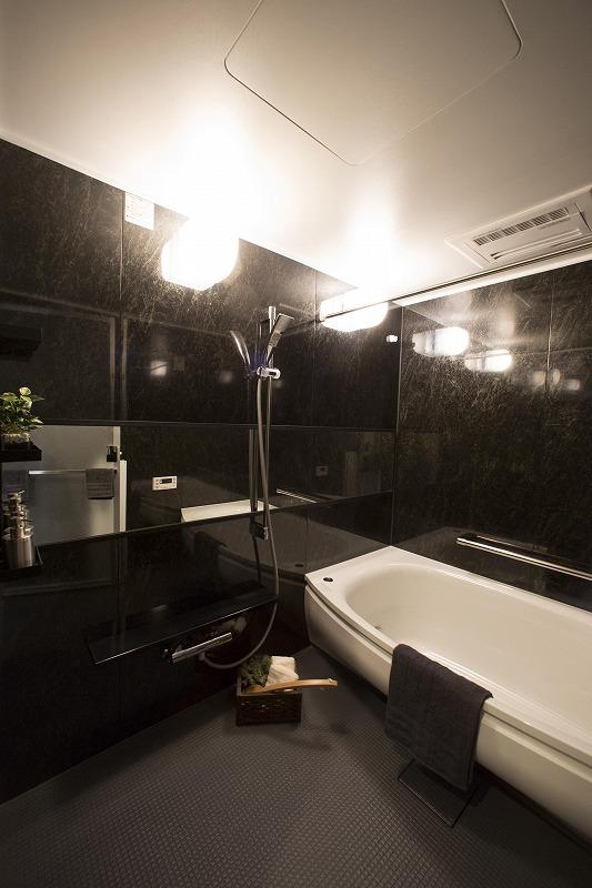 洗い場側にゆったりと張り出したゆとりある形の浴槽。滑らかな曲線形状のステップはお子様の腰掛けとしても便利です