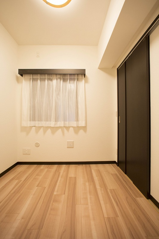 サービスルーム、玄関横にあるお部屋です。