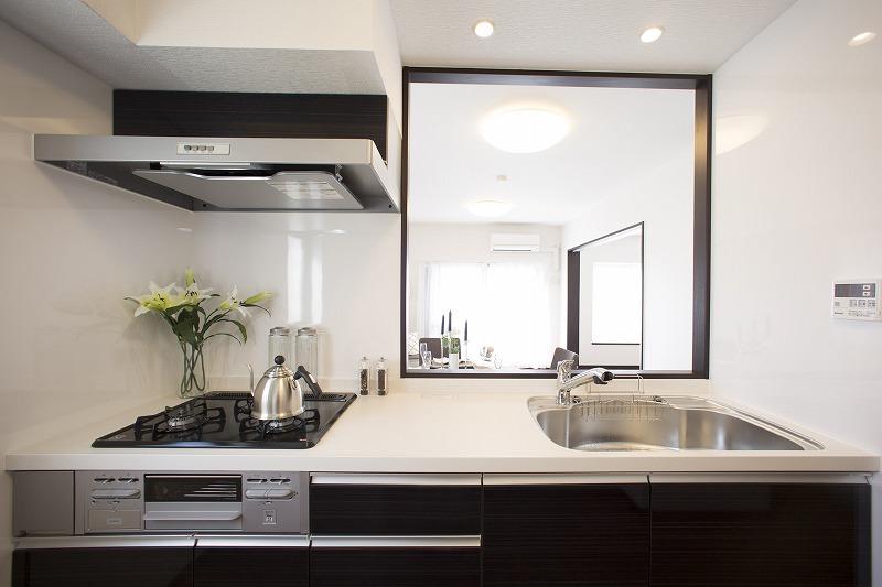 カウンターキッチン 高級感のある大理石トップ、キッチンに窓あり