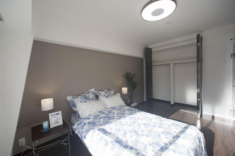 たっぷりの陽光に包まれる明るい主寝室、収納便利な大型クロゼットを備えた。