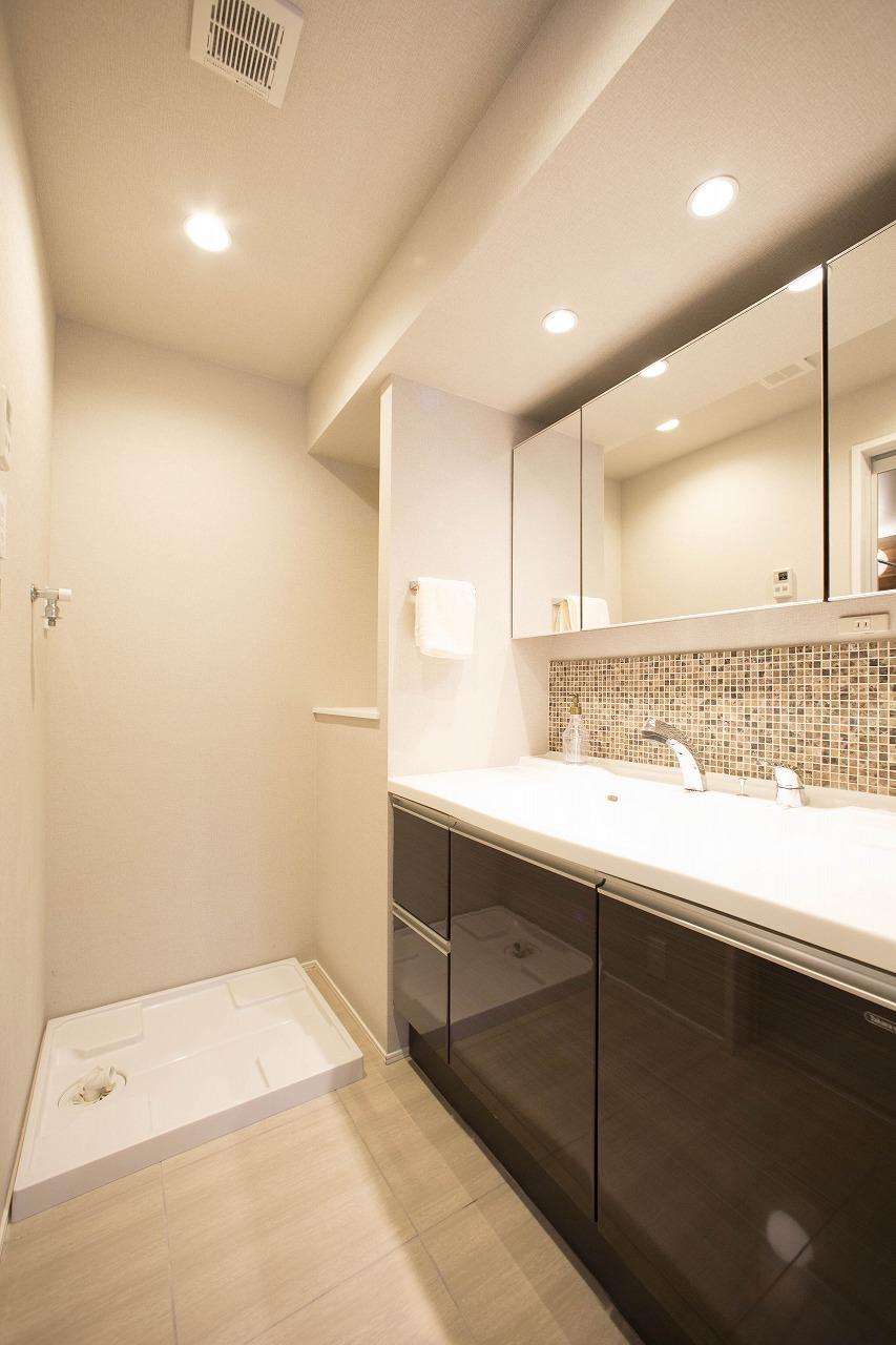 モザイクタイルをアクセントに 三面鏡付き洗面化粧台