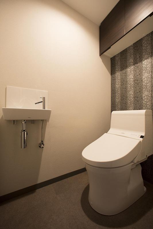 ウォシュレット付トイレ、吊り棚付、手洗い器付