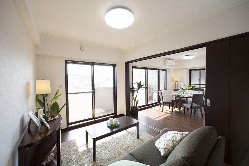 バルコニーに面する明るく眺望のよい洋室