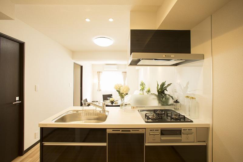 ディティールにこだわったリクシル社製のキッチンは、インテリアに美しく溶け込みます。