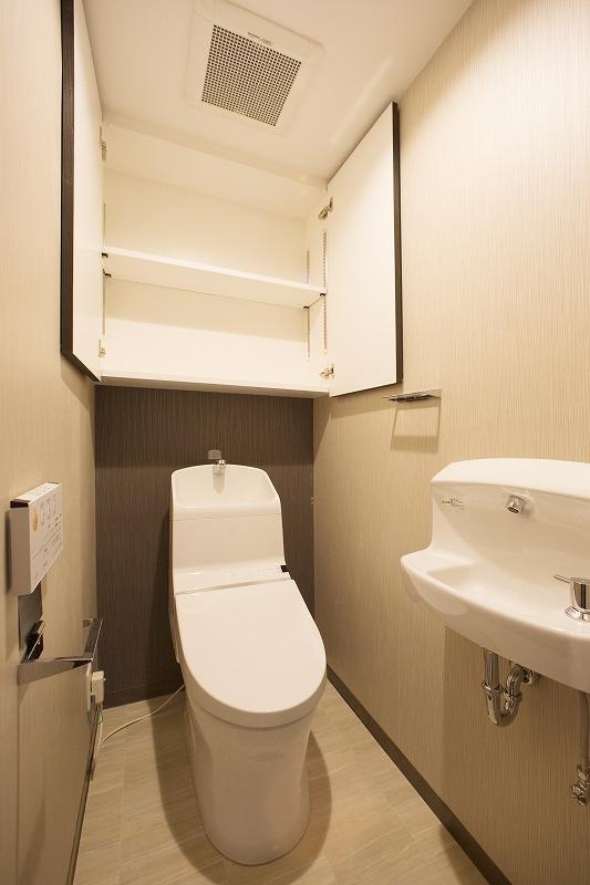 ウォシュレット付トイレ、吊り棚、手洗い器付