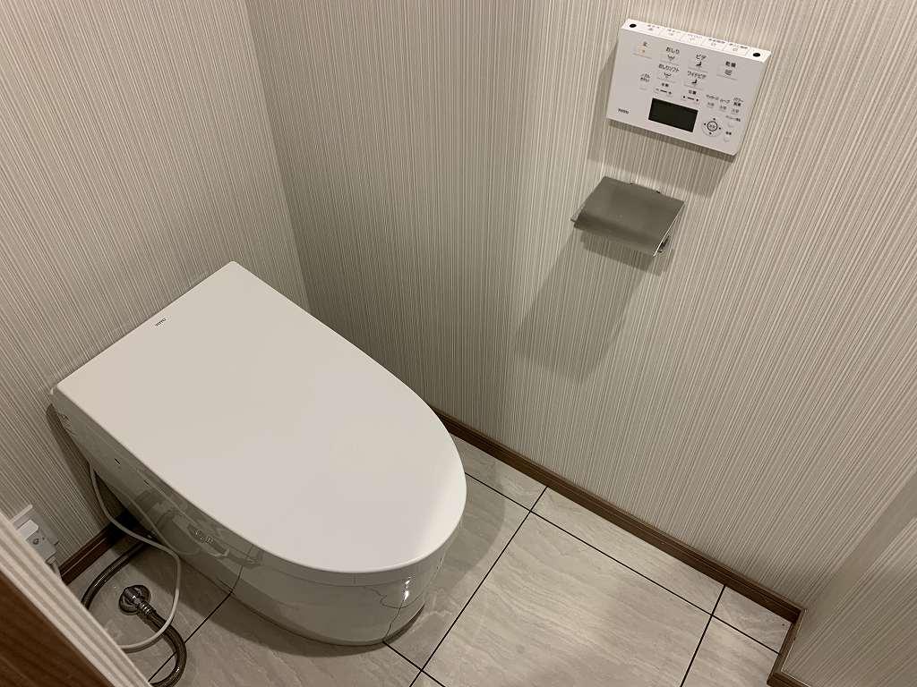 フタが自動開閉するタンクレストイレ