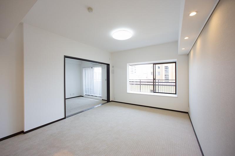 全室二面採光の明るい洋室