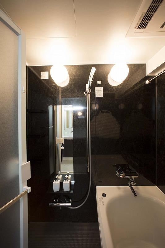 一日の疲れを癒す広々浴室