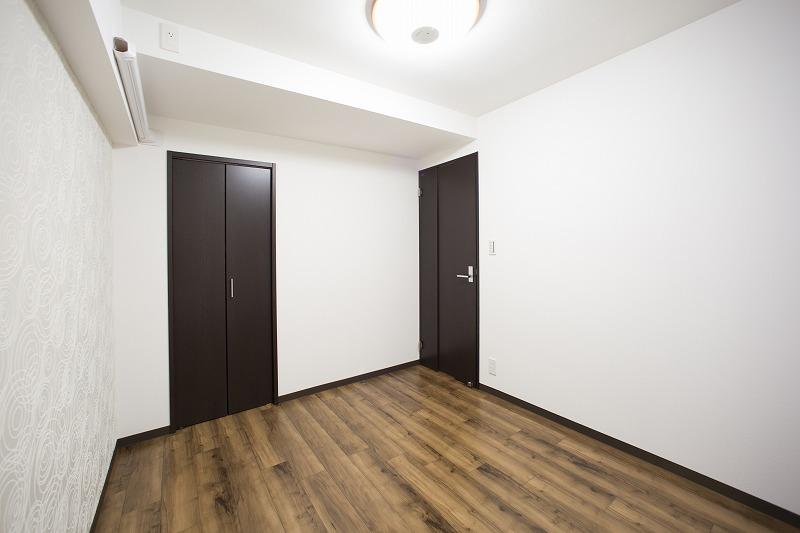 玄関横の約5.0帖の洋室