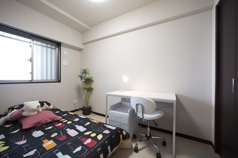 たっぷりの陽光に包まれる明るい子供室