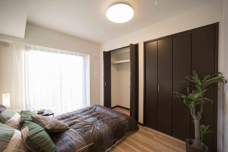 一日の疲れを癒す広々な主寝室、大型クローゼット二つあり