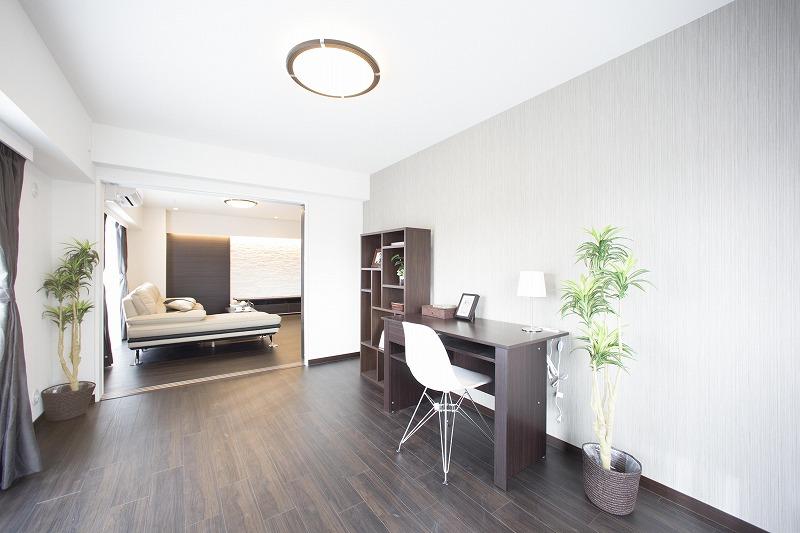 リビング横の洋室は、様々な使い勝手ができる快適空間です。