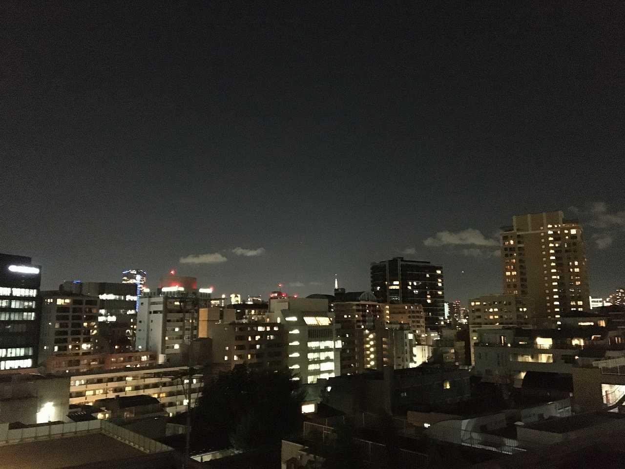 目の前に大きな建物のない夜景