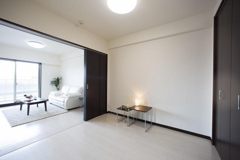 洋室。 リビングと一体として仕様できるお部屋です