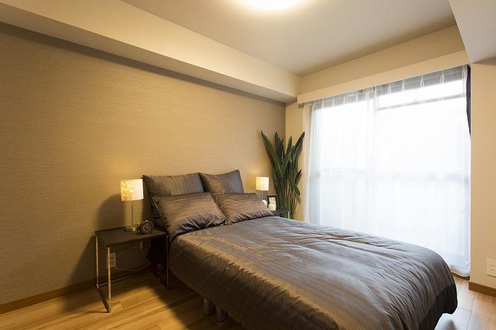 主寝室は落ち着いた色合いのアクセントクロス採用