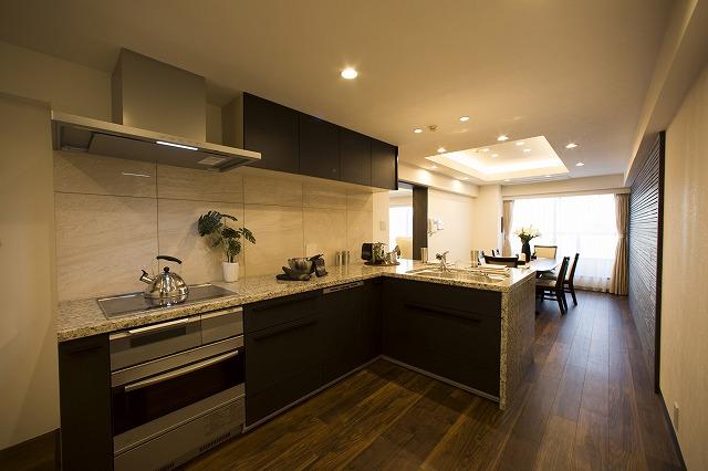 天然石の天板キッチン。ダイニングの壁面は天然杉の木を採用。食器洗乾燥機&電気オーブンレンジ標準完備