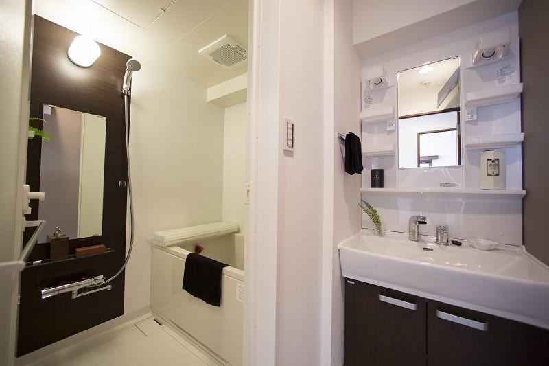 清潔感のある洗面化粧室 洗濯機置場があります。