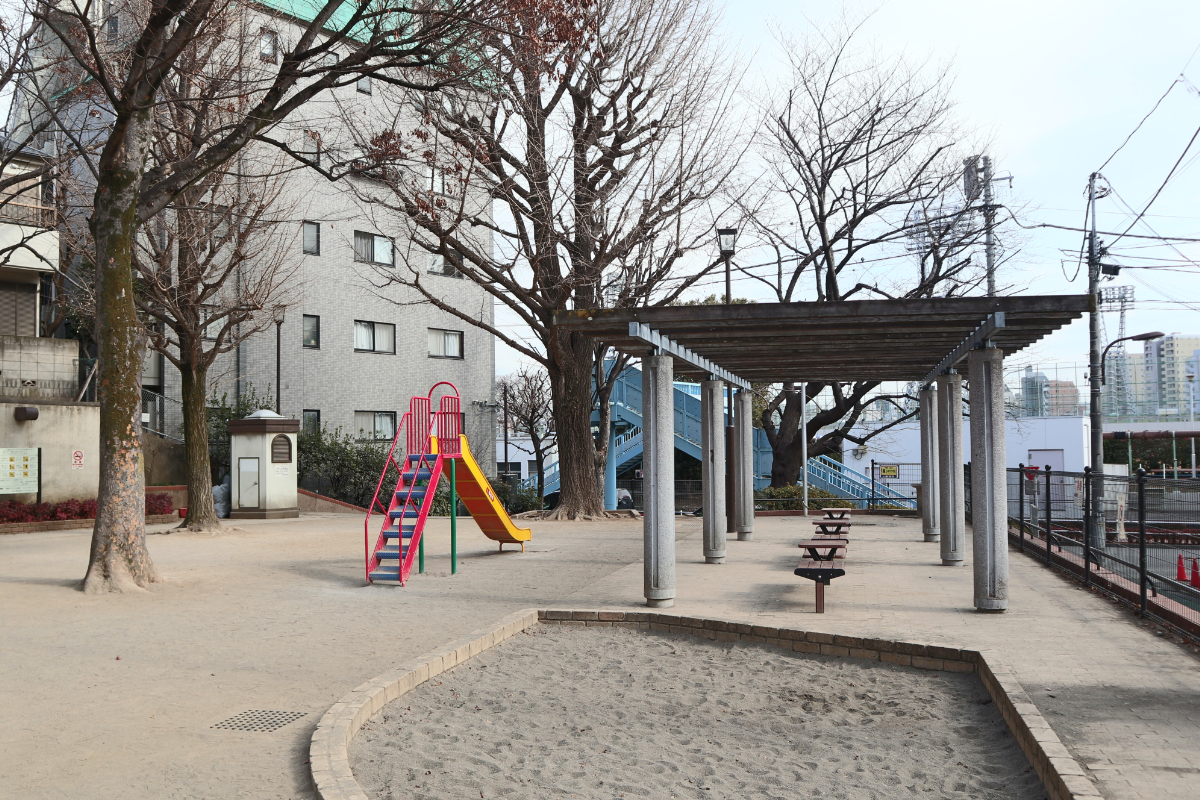 新宿区立八幡公園 徒歩約8分(約600m)