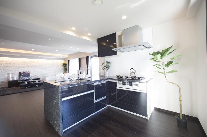 御影石天板を使用したリクシル社製の美しいデザインのキッチン