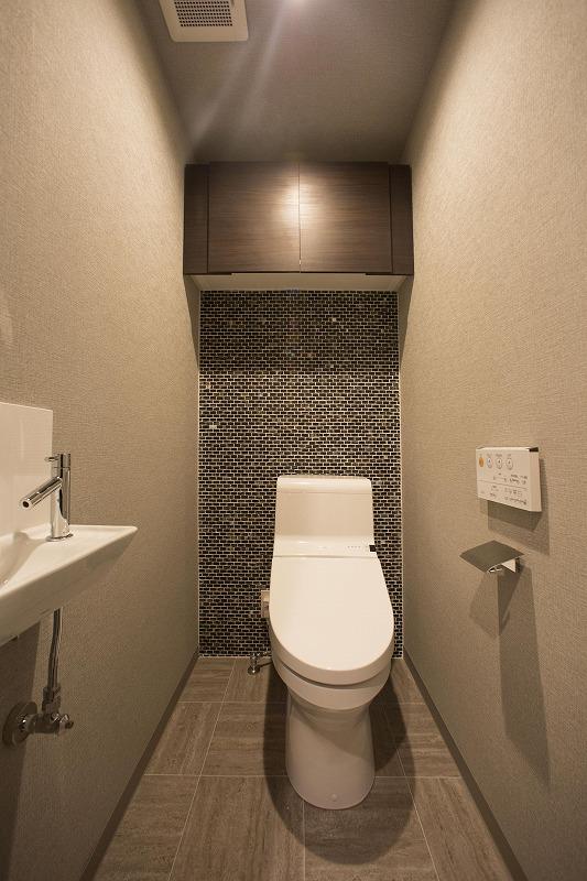 手洗いカウンター、モザイクタイルを使ったウォシュレットトイレ