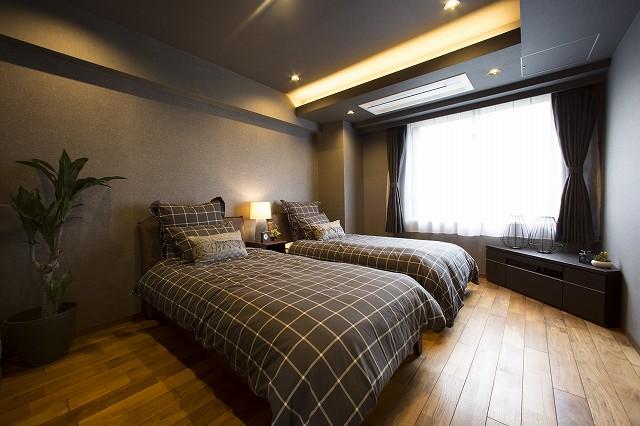 大きな窓からたっぷりの陽射しが射し込む寝室