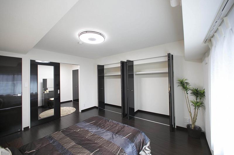 たっぷりの陽光に包まれる明るい主寝室、収納便利な大型クロゼットを備えた