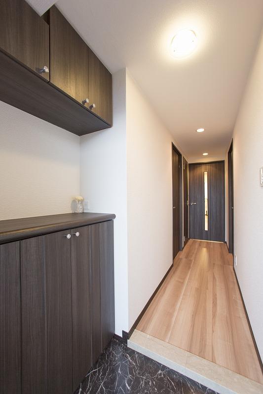 白と木目を基調とした明るい玄関