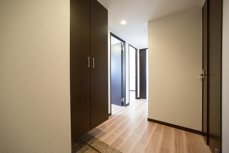 玄関には大型シューズクロゼットがある