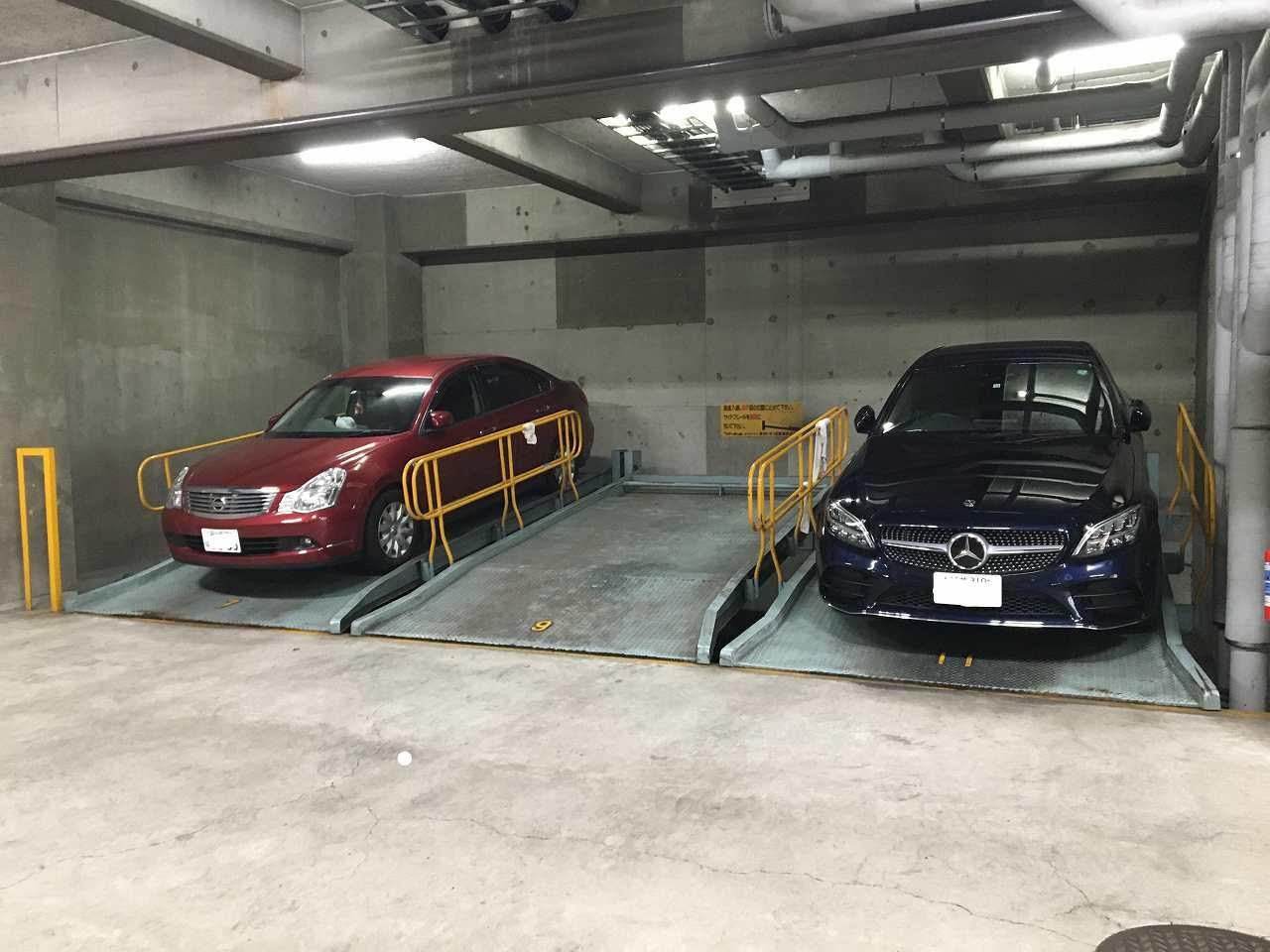 大切な車も雨に濡れない屋内駐車場スペース