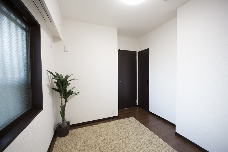 玄関横の約4.5帖の洋室