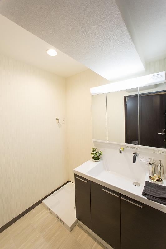 清潔感のある洗面化粧室 洗濯機置場があり