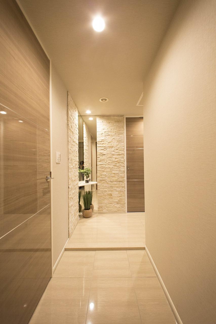廊下はタイル張り施工おしゃれな玄関