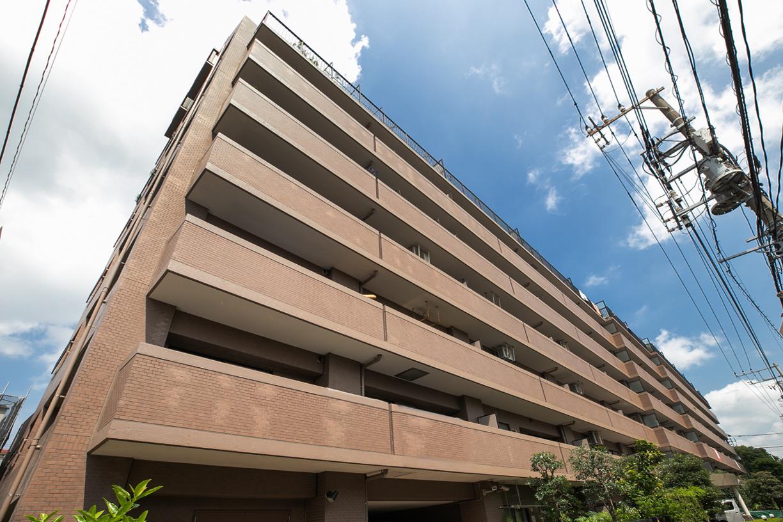 地上8階建てのタイル貼りマンション