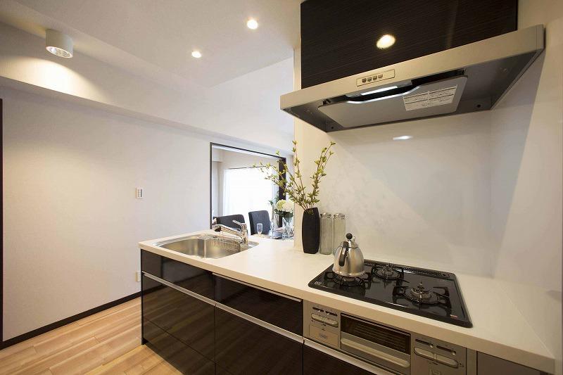 新規交換のオープンキッチン、高級感のある大理石トップ
