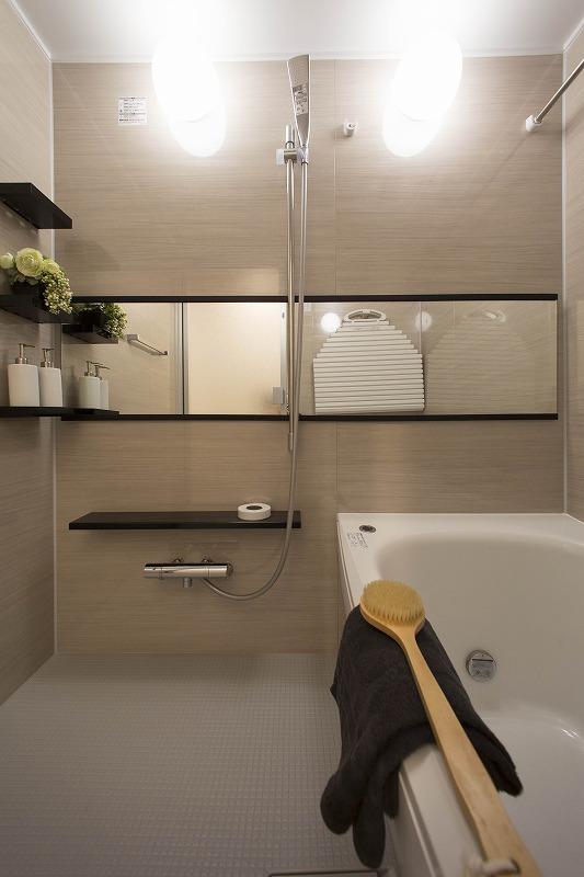 半身浴をゆっくり楽しめる広々浴室