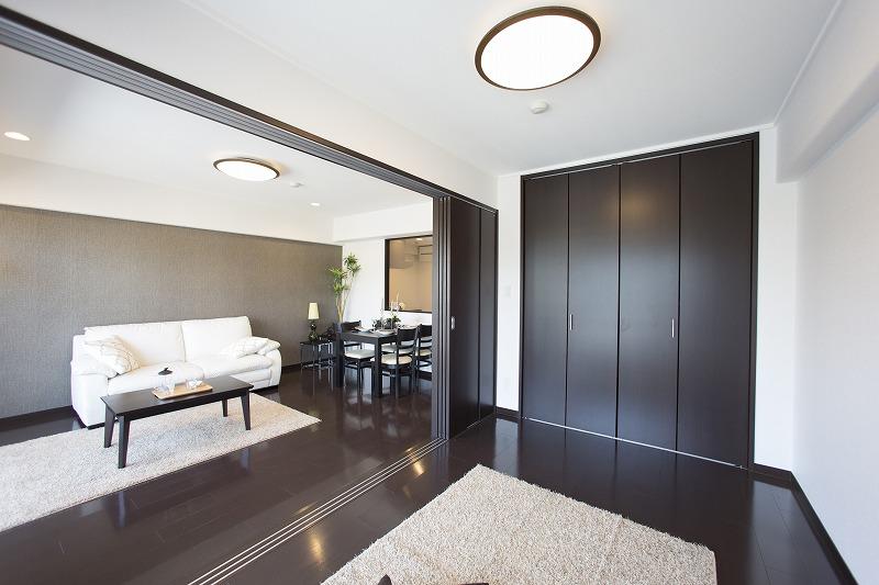 リビングト一体として使用可能な洋室は大型クロゼット付