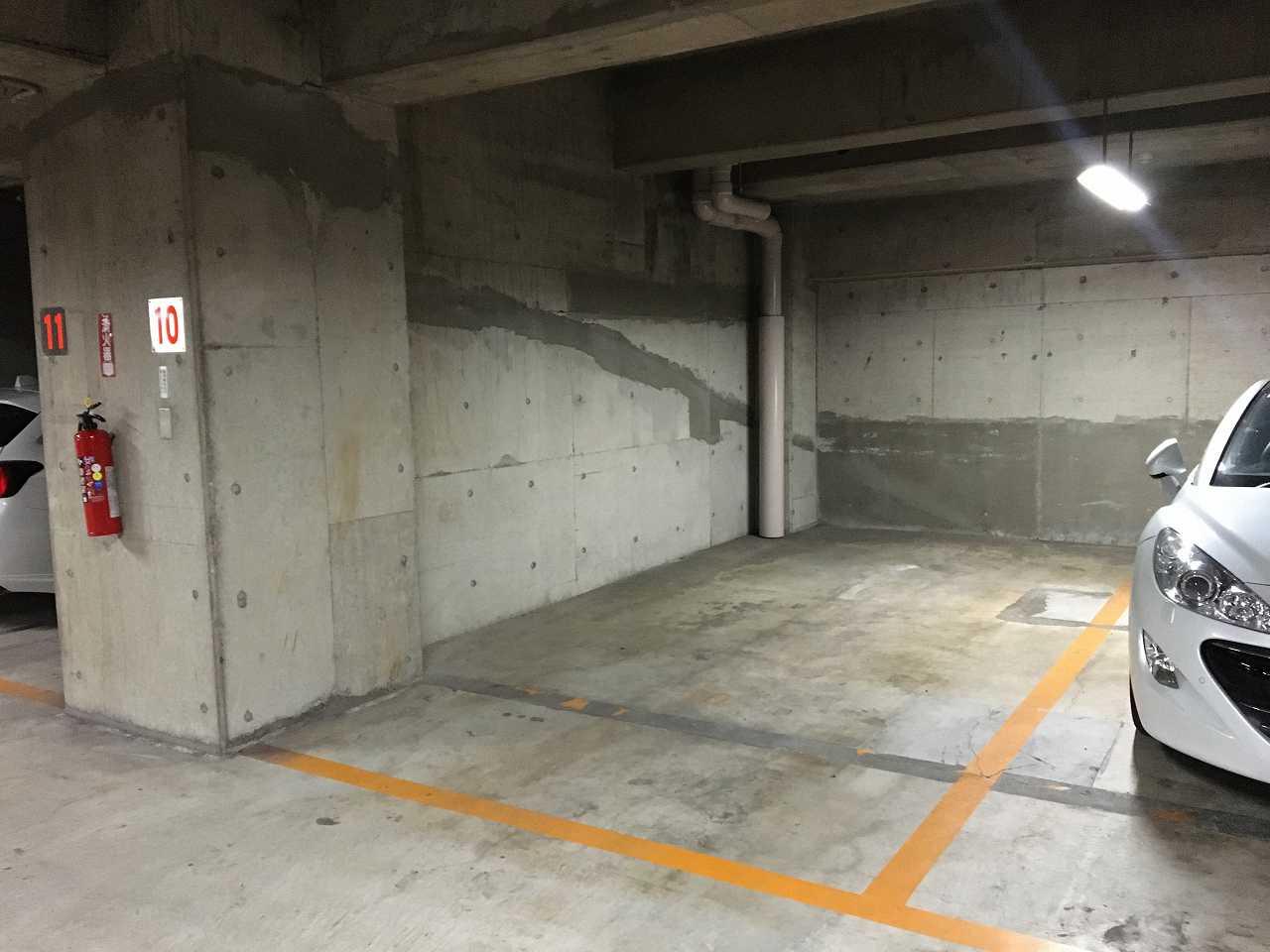 屋内の平置き駐車場付き