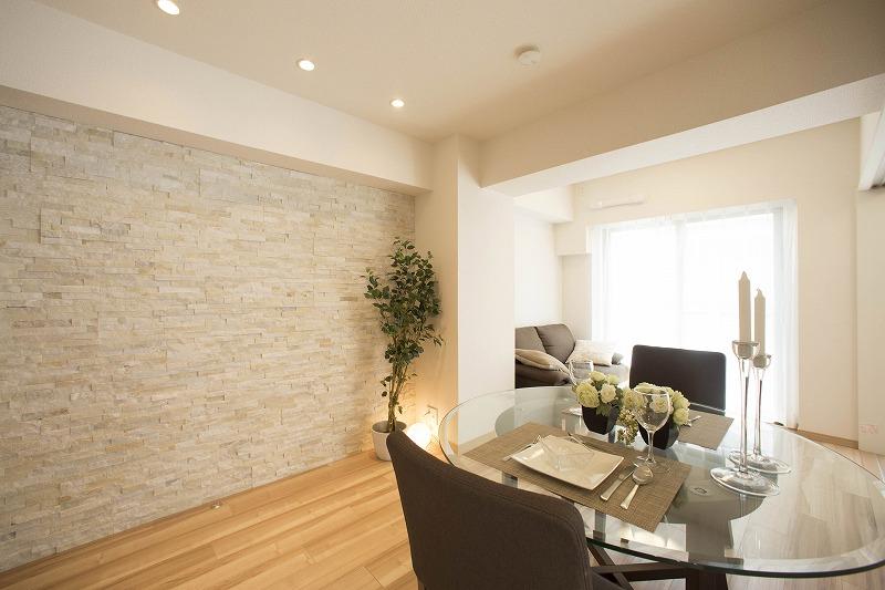 壁一面はアクセント石張り、高級感を演出