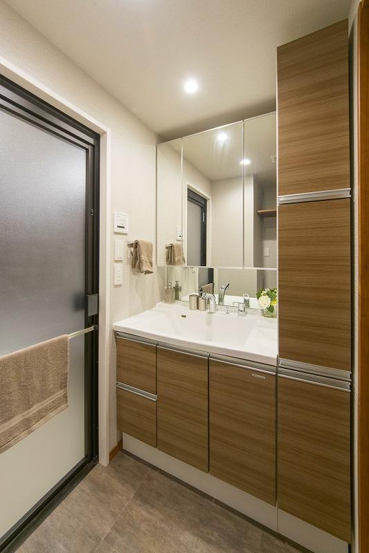3面鏡の洗面化粧台とリネン庫