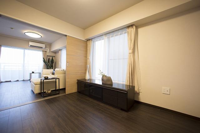 隣接したリビングと一体として使用できる洋室