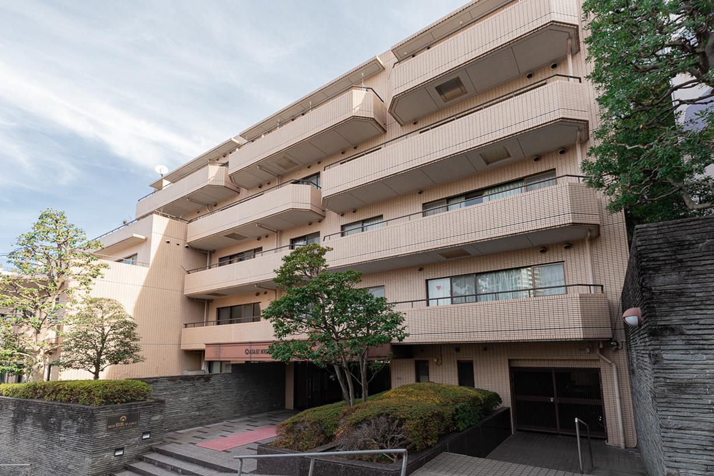 角地に建つタイル貼りの6階建てマンション