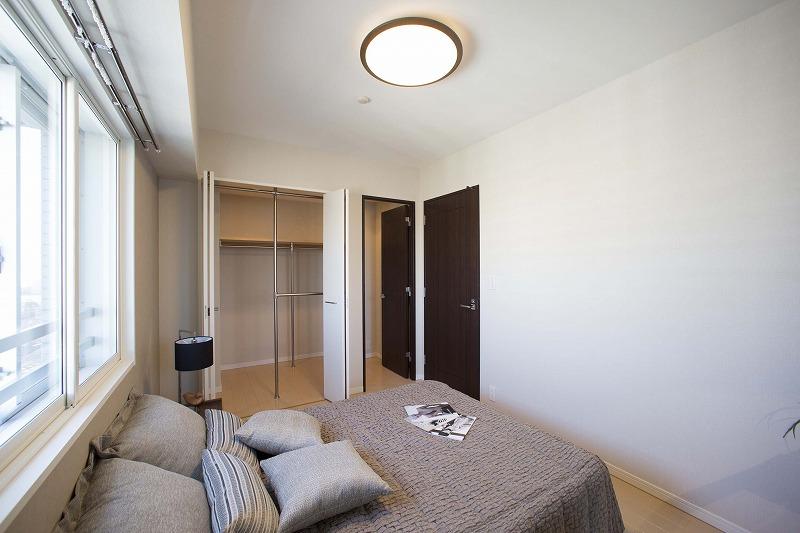 たっぷりの陽光に包まれる明るい主寝室、収納便利なウォークインクロゼットを備えた。