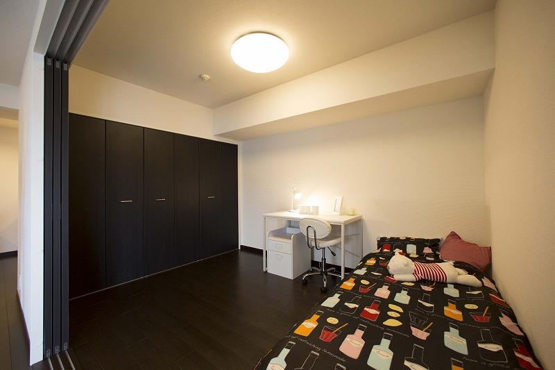 リビング横にある洋室は、開放感があります。