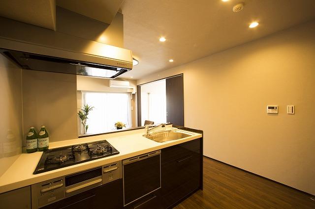 料理をしながら会話を楽しめる対面式キッチン。うれしい食洗機付