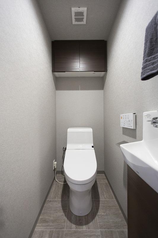 ウォシュレット付トイレ 吊戸棚付き
