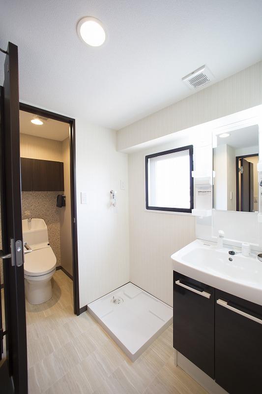 清潔感のある洗面化粧室、すぐ横にウォシュレット付トイレ。