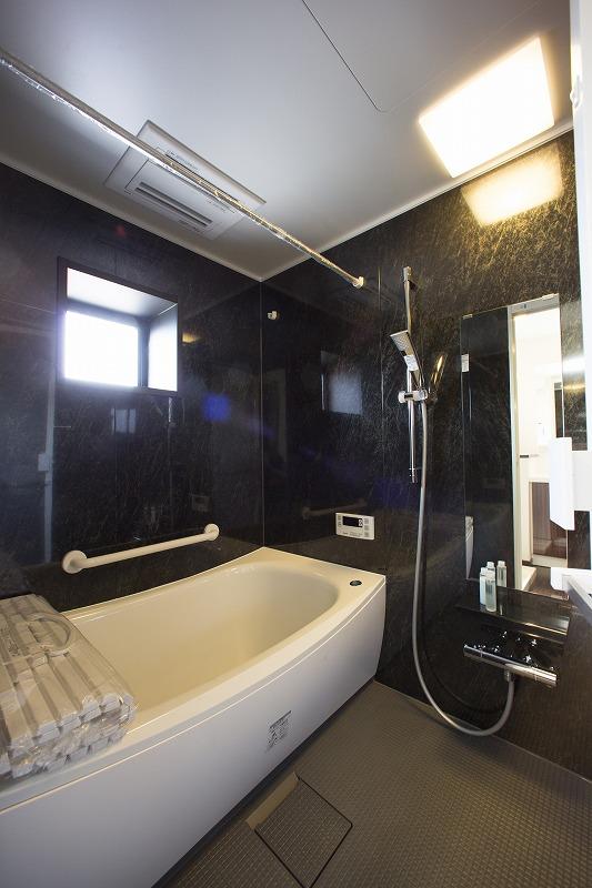 窓つき開放感のある浴室
