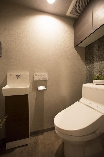 ウォシュレエット付トイレ、吊り棚、手洗い器付