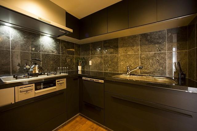 収納力のあるL字キッチン・高級感のある御影石天板