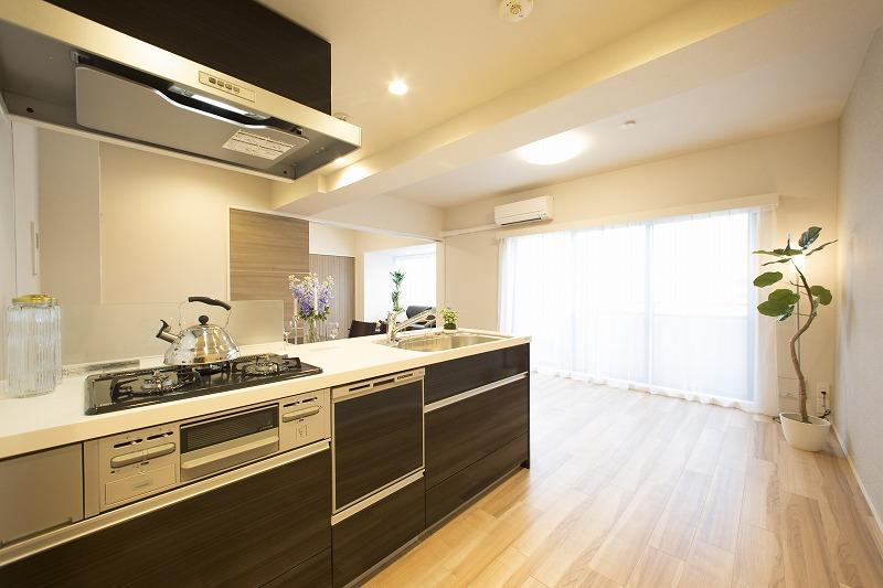 新規交換のキッチン、高級感のある人造大理石トップ